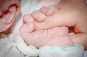 Baby greift Finger