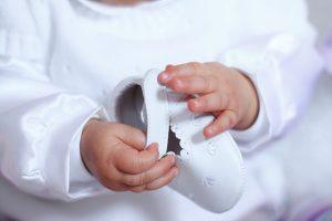 Baby hält Schuh